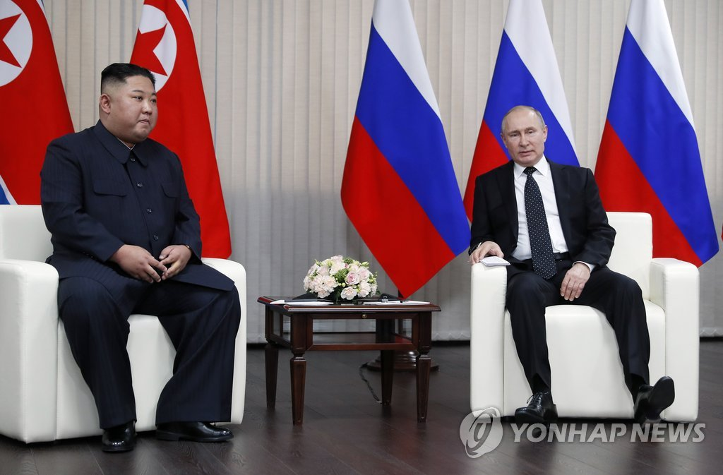 当地时间4月25日,在俄罗斯符拉迪沃斯托克远东联邦大学,朝鲜国务委员会委员长金正恩(左)与俄罗斯总统普京交谈。(韩联社/欧新社)
