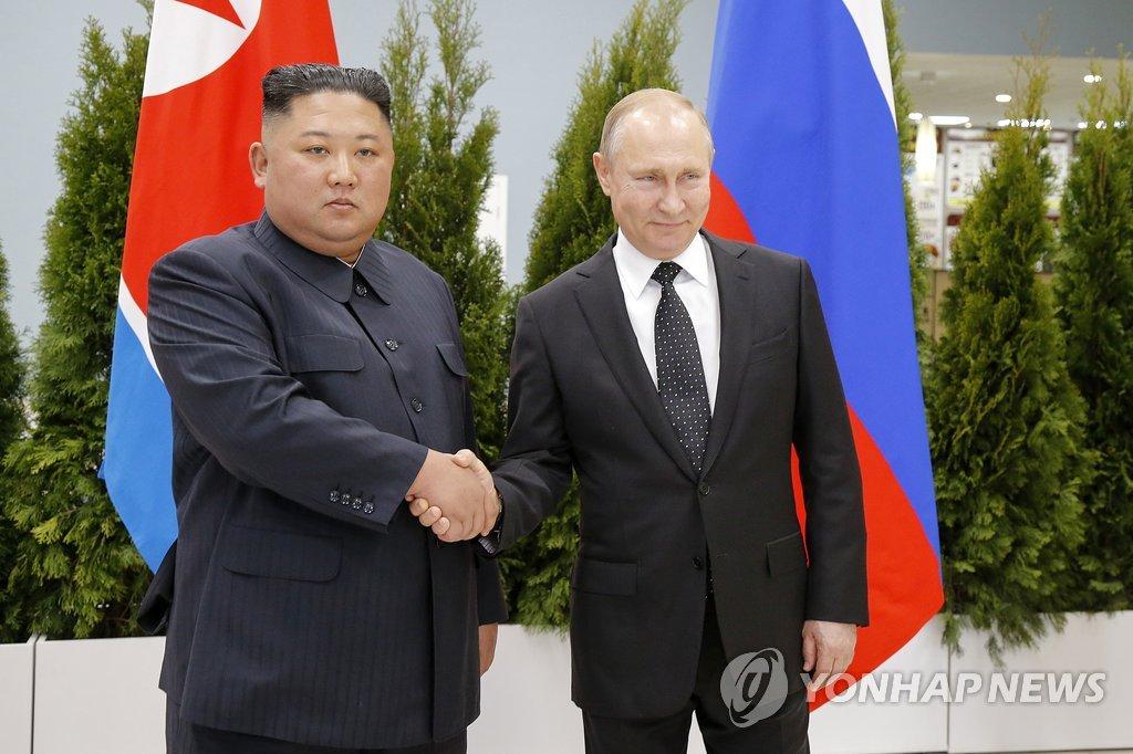 4月25日,在远东联邦大学,金正恩(左)和普京在首脑会谈上握手。(韩联社/美联社)