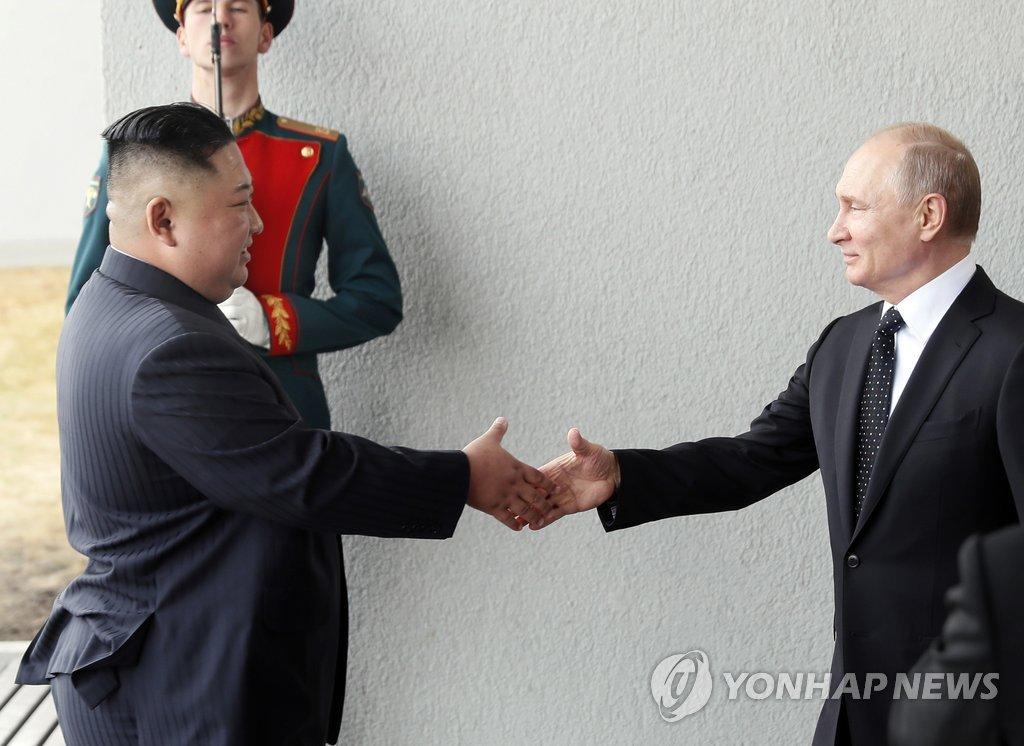 当地时间4月25日,在俄罗斯符拉迪沃斯托克远东联邦大学,朝鲜国务委员会委员长金正恩(左)与俄罗斯总统普京握手合影。(韩联社/美联社)