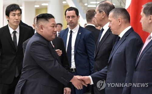 金正恩同俄罗斯代表团握手