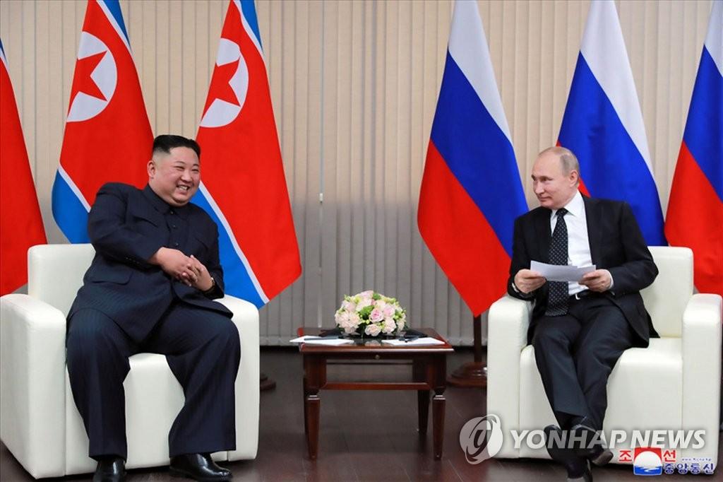 资料图片:这是朝中社4月26日在官网发布的朝俄首脑会谈照。 韩联社/朝中社(图片仅限韩国国内使用,严禁转载复制)