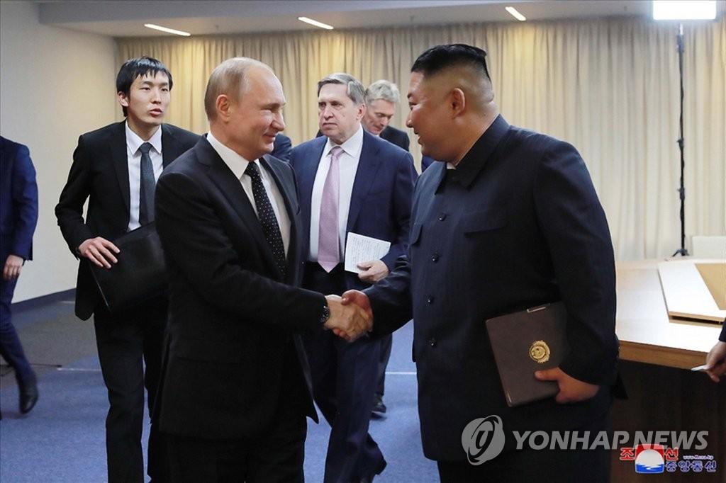 资料图片:2019年4月,在符拉迪沃斯托克,金正恩(右)和普京举行首脑会谈。 韩联社/朝中社(图片仅限韩国国内使用,严禁转载复制)