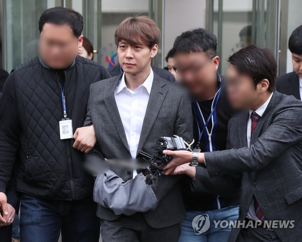4月26日,朴有天结束接受逮捕必要性审查,走出法院被记者追问。(韩联社)