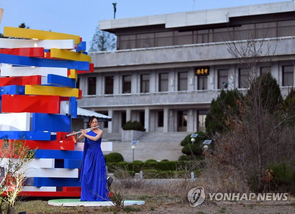 4月27日,在板门店韩方一侧,韩国举行文艺演出纪念《板门店宣言》签署一周年。(韩联社/联合采访团供图)