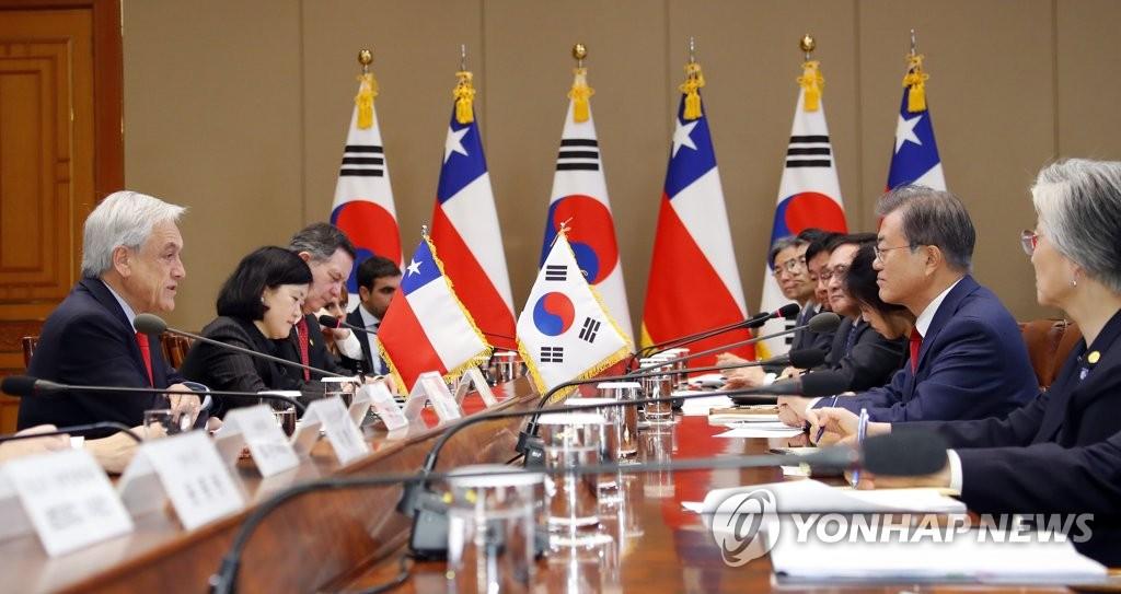 4月29日,在韩国总统府青瓦台,文在寅(右二)同皮涅拉(左一)举行会谈。(韩联社)