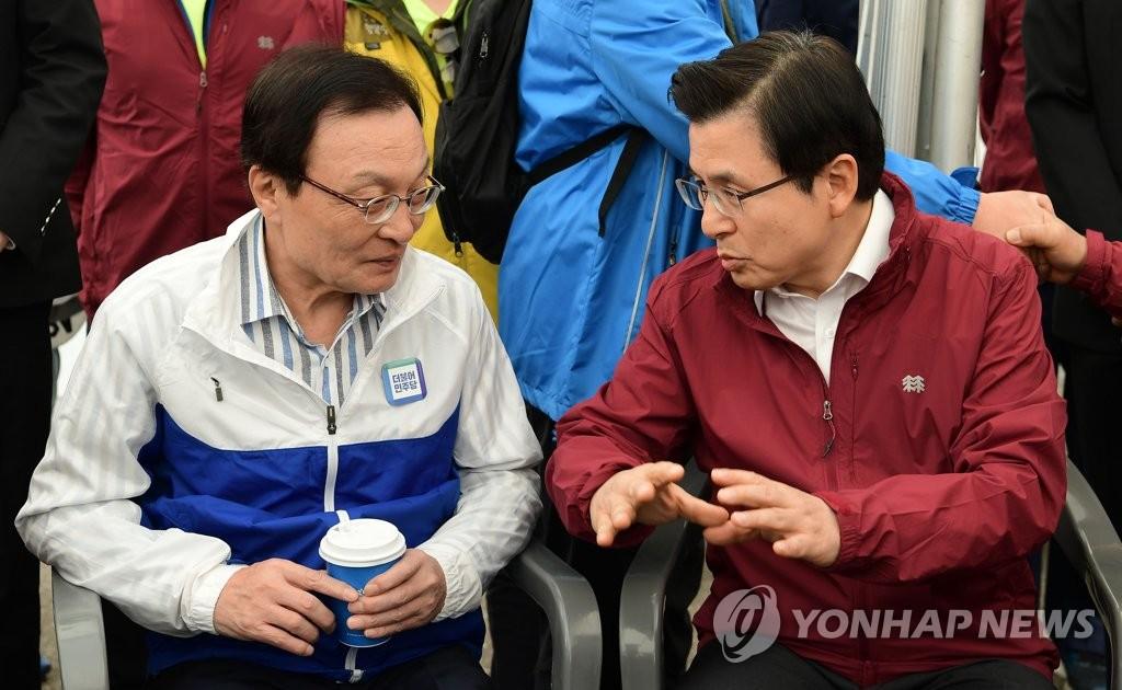 资料图片:5月1日,民主党党首李海瓒(左)和韩国党党首黄教安进行交谈。(韩联社)