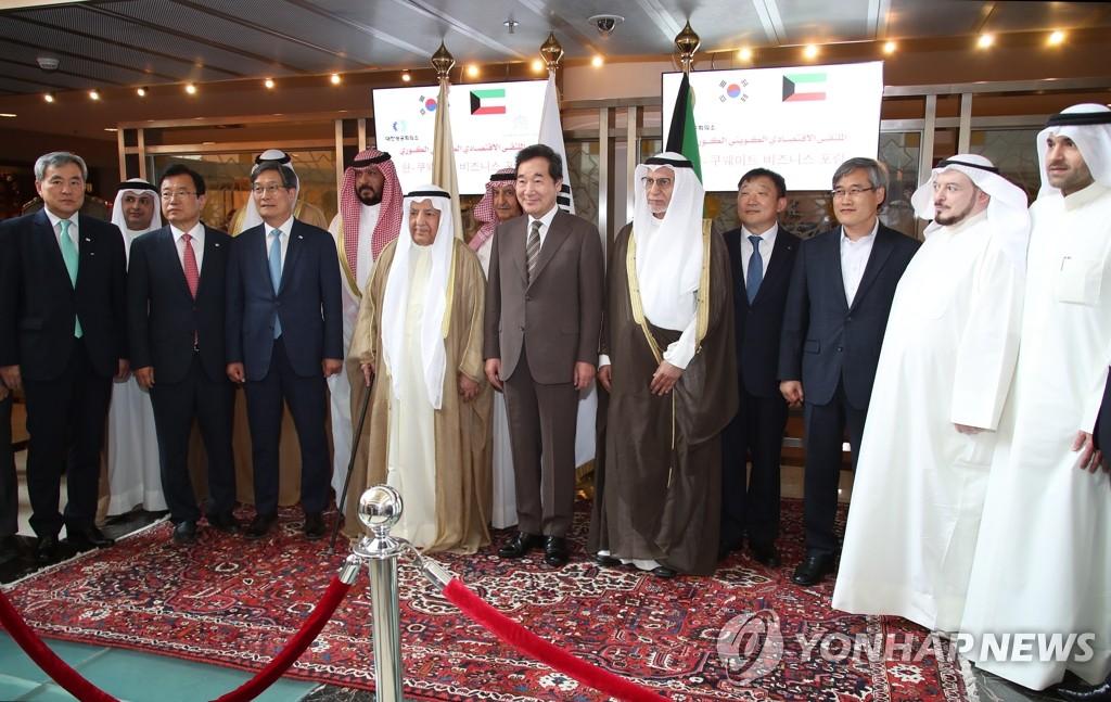 李洛渊(左五)出席韩科商务论坛。(韩联社)