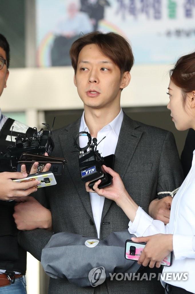 资料图片:5月3日上午,在京畿道水原南部警察厅,朴有天被移送检方前回答记者提问。 韩联社