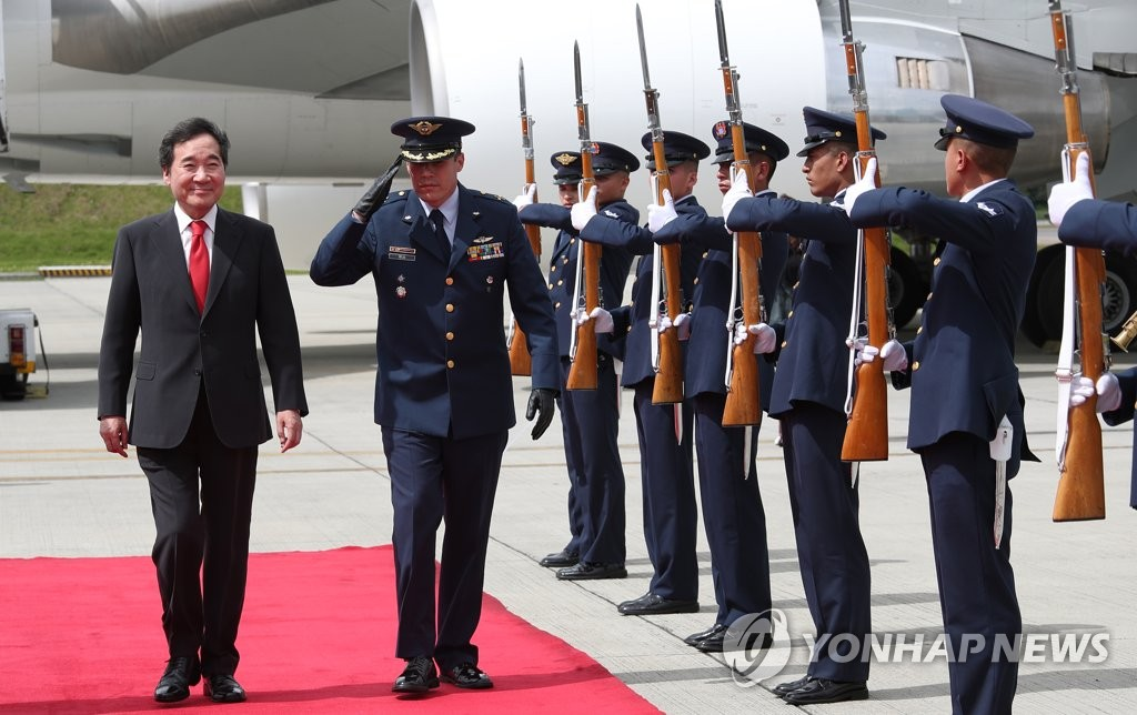 李洛渊(左)抵达哥伦比亚。(韩联社)