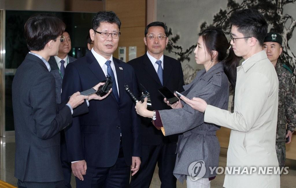金炼铁结束访朝后接受记者采访。(韩联社)