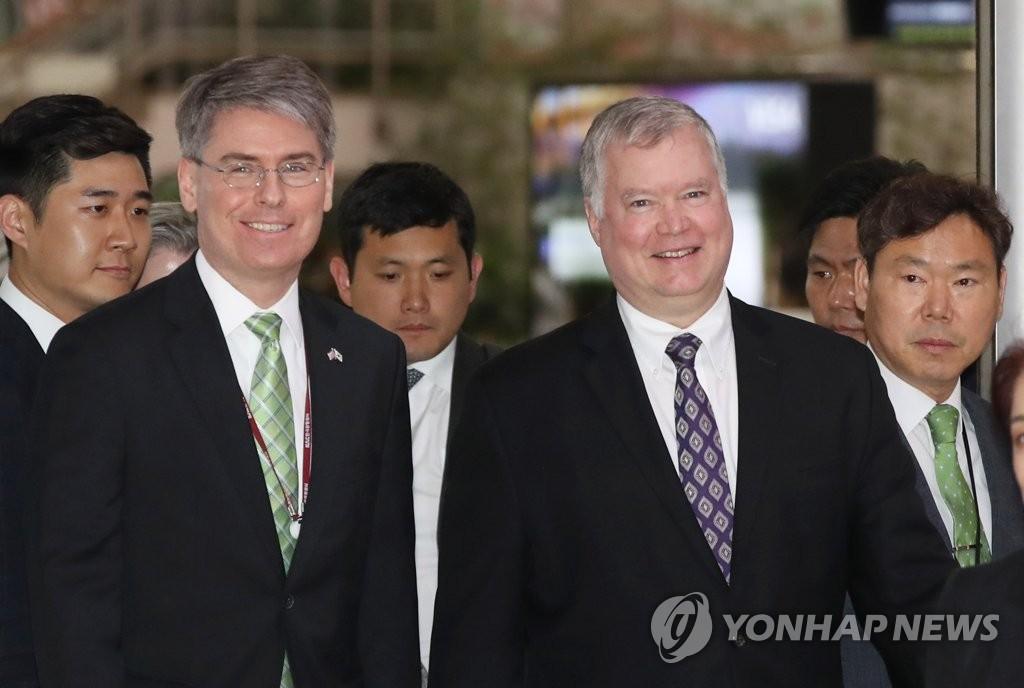 美国国务院对朝政策特别代表斯蒂芬·比根(右)抵韩。(韩联社)