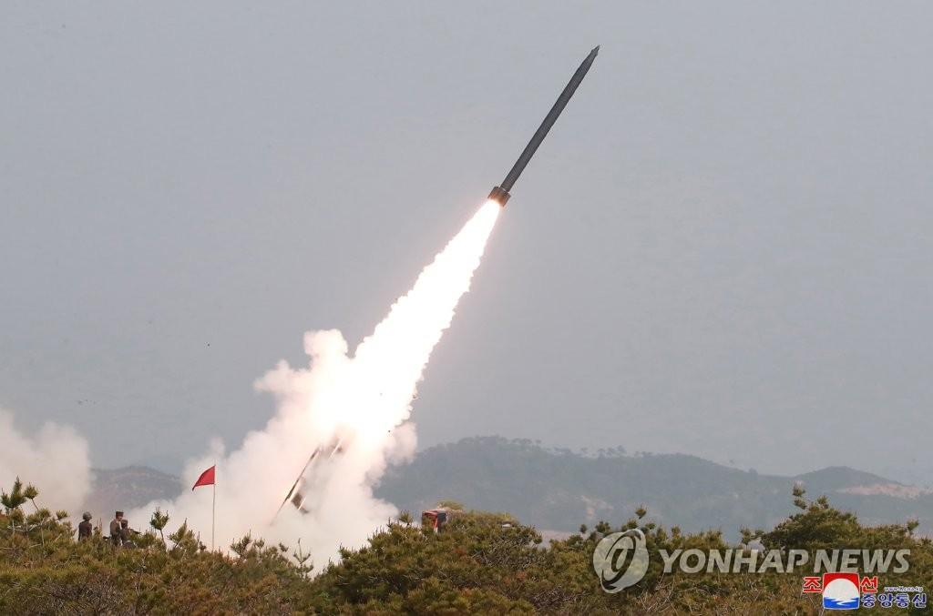 资料图片:2019年5月4日,朝鲜动用大口径远程火箭炮和战术指导武器进行火力打击演习。 韩联社/朝中社(图片仅限韩国国内使用,严禁转载复制)