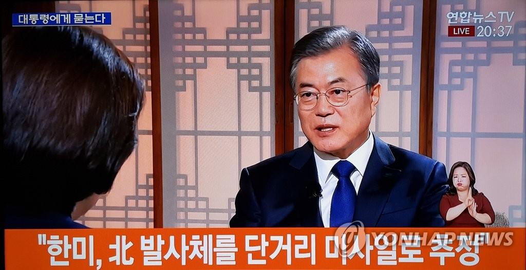 5月9日,文在寅出演就任两周年特别访谈节目。(韩联社TV截图)