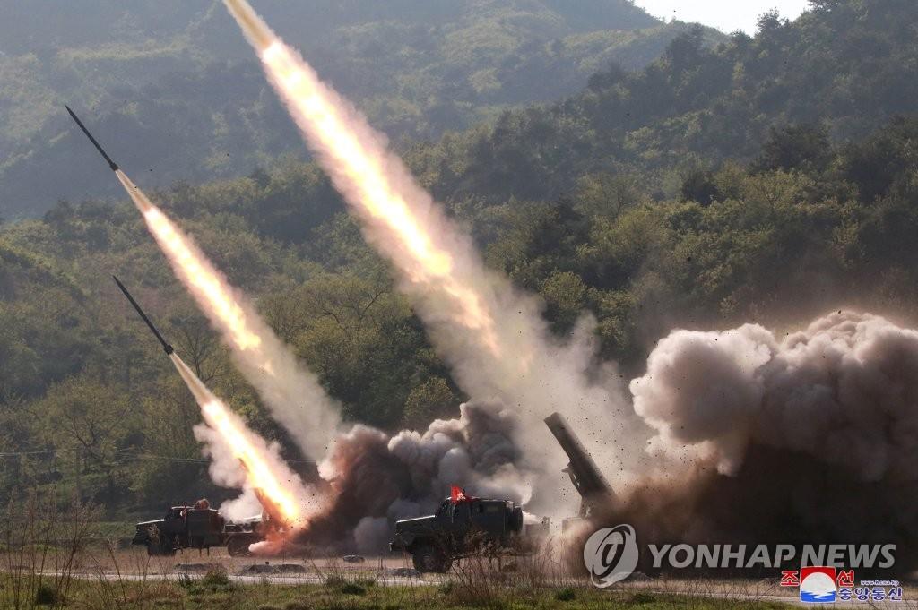 简讯:朝媒称昨用新型大口径火箭炮射弹