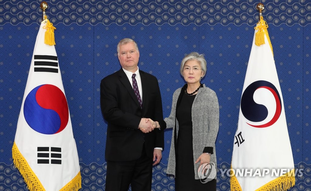 资料图片:5月10日,在首尔外交部,韩国外长康京和(右)和美国国务院对朝政策特别代表斯蒂芬・比根合影留念。(韩联社/联合采访团)