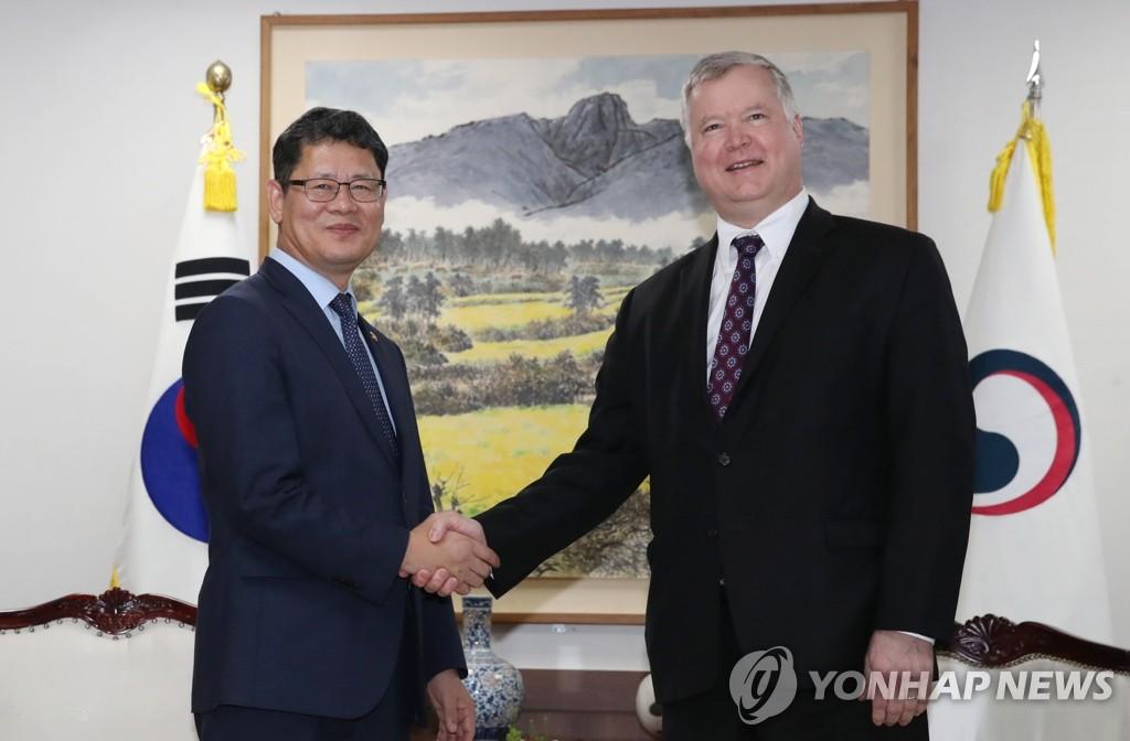 韩统一部长官金炼铁会见美对朝代表比根