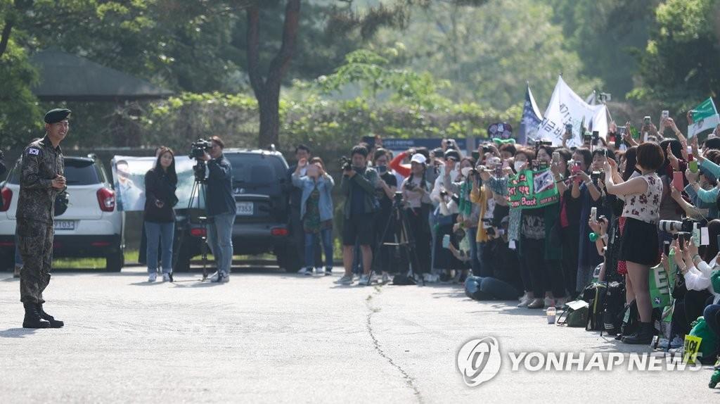 5月16日,玉泽演受到粉丝欢迎。(韩联社)