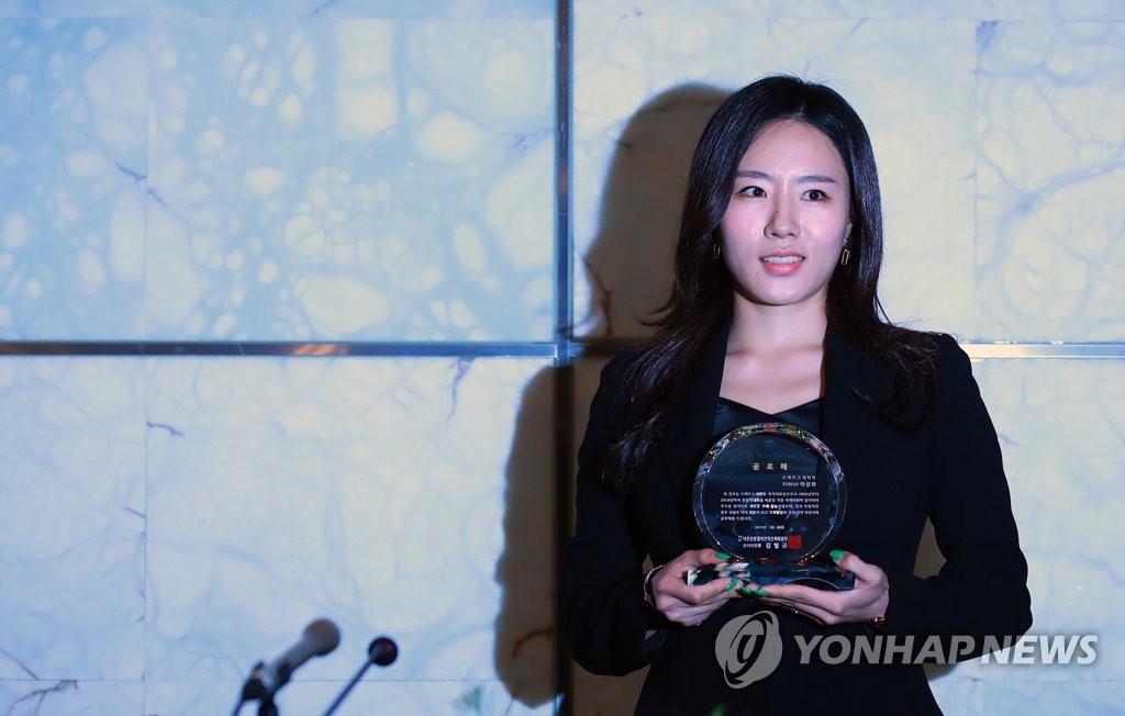李相花接受大韩冰上竞技联盟授予的功劳牌。(韩联社)