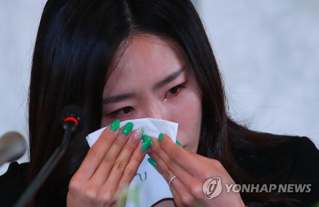 李相花落泪宣布退役。(韩联社)