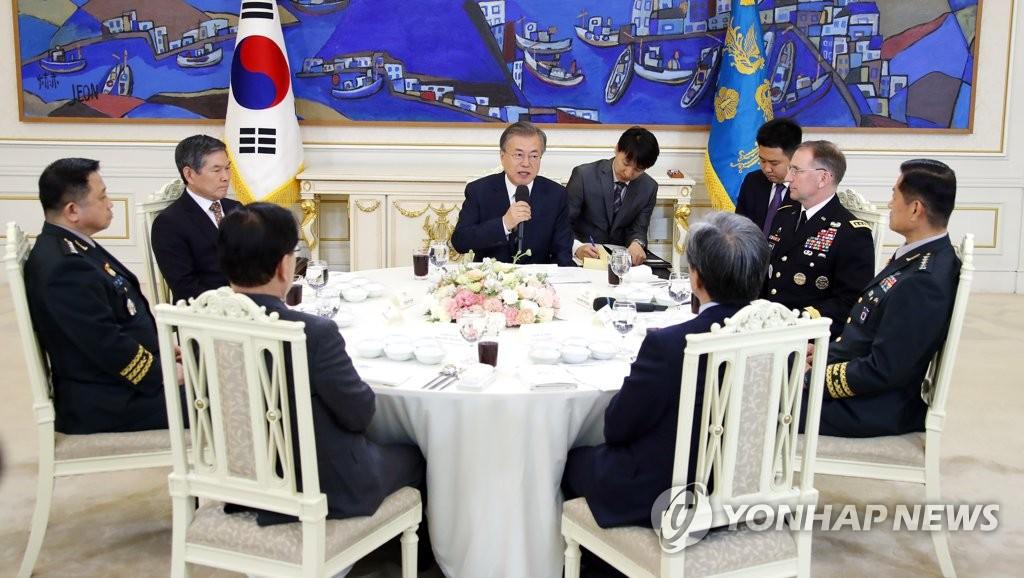文在寅与韩美高级将领交谈