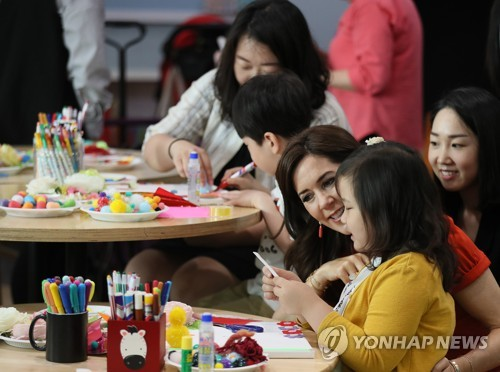 丹麦王妃在韩访问儿童医院