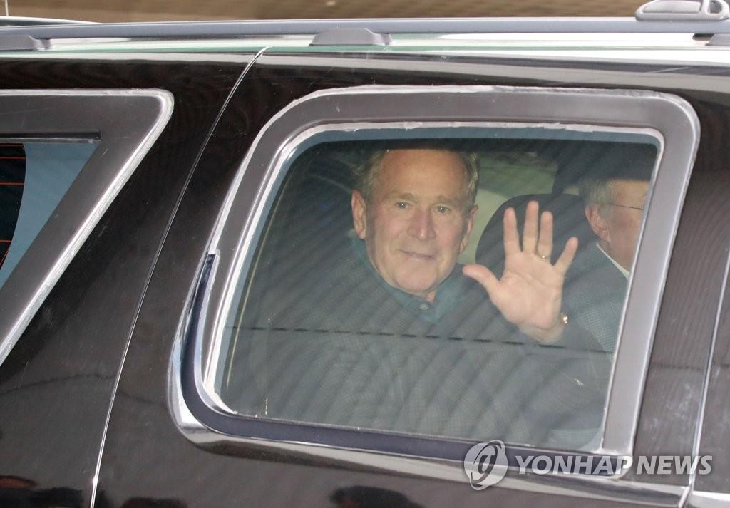 美国前总统小布什抵韩