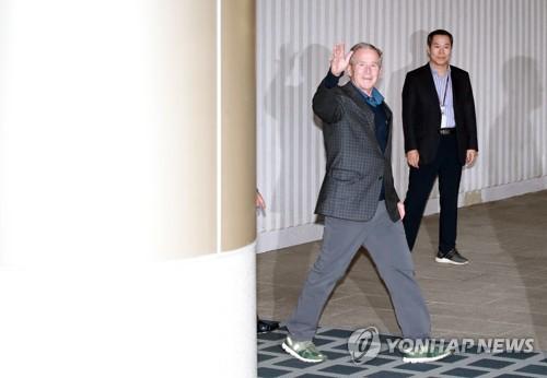 小布什抵韩将出席卢武铉逝世十周年纪念活动
