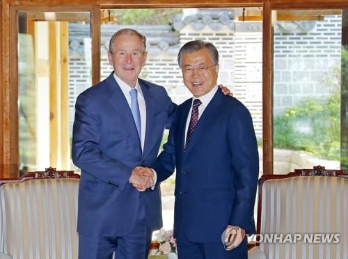 文在寅与小布什握手