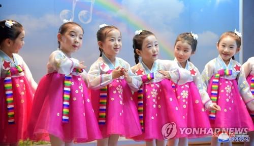 朝鲜儿童表演唱歌