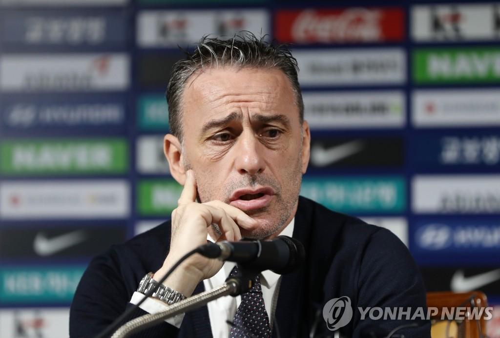 5月27日,在首尔市钟路区新门路足球会馆,本托公布韩国男子足球队25人名单。(韩联社)