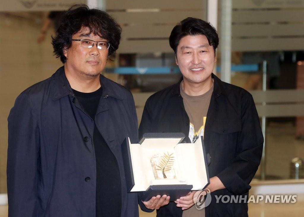 名导奉俊昊(左)和演员宋康昊(韩联社)