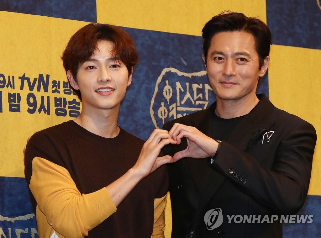 5月28日,在首尔皇宫酒店,演员宋仲基(左)与张东健出席新剧《阿斯达年代记》发布会。(韩联社)