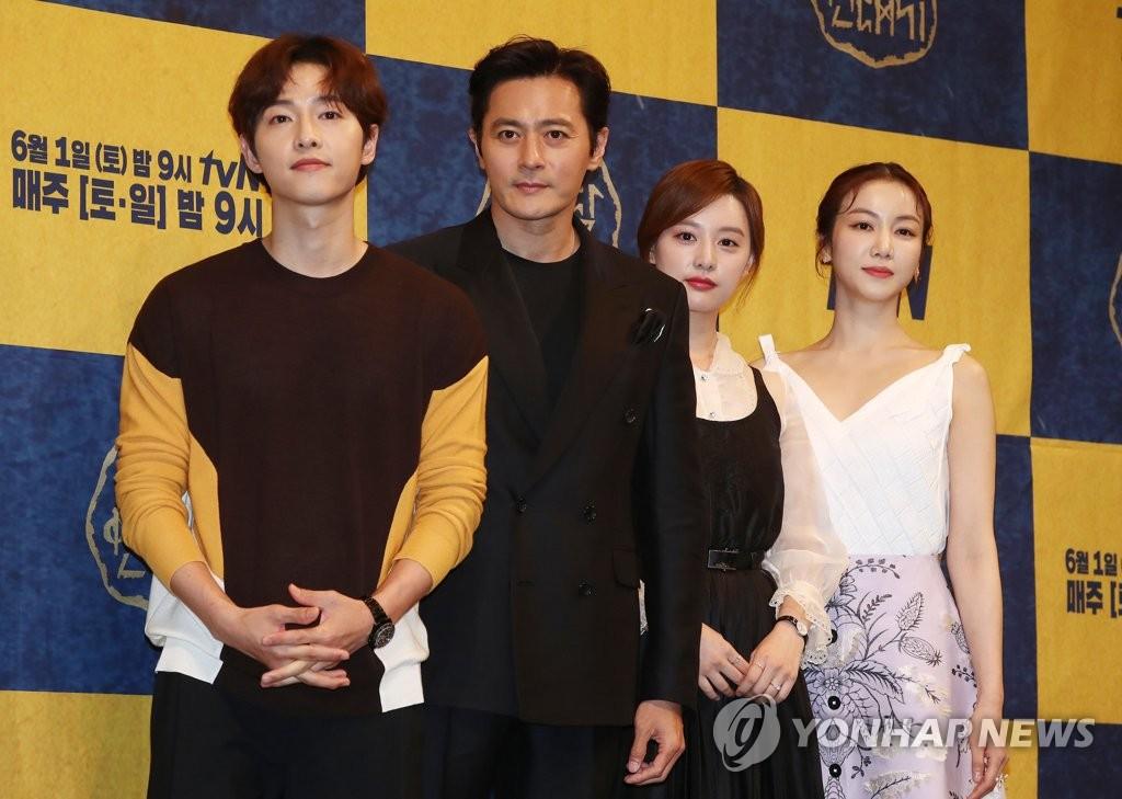 5月28日,在首尔皇宫酒店,演员宋仲基(左起)、张东健、金智媛、金玉彬出席新剧《阿斯达年代记》发布会,并摆姿势供媒体拍照。(韩联社)