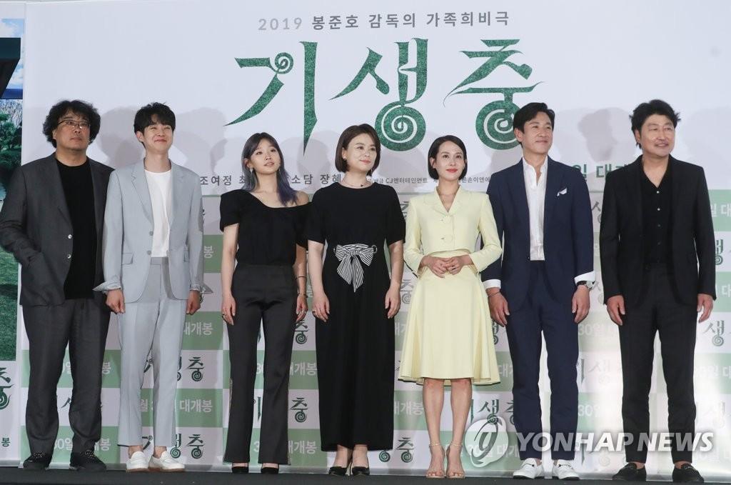 导演奉俊昊(左)和宋康昊(右)等主演阵容出席《寄生虫》试映会。(韩联社)