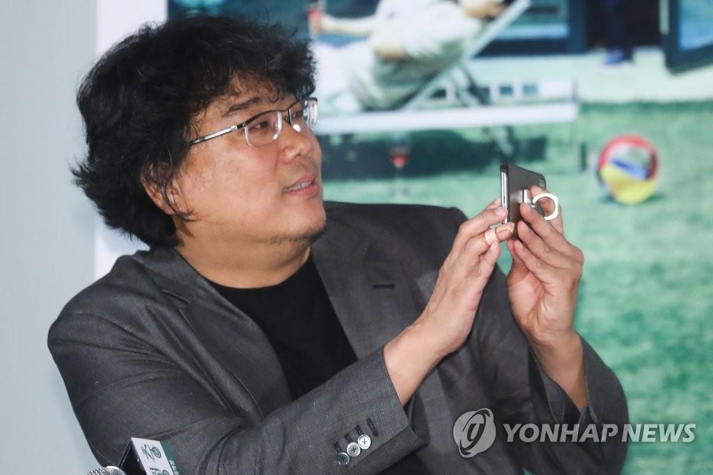 奉俊昊出席《寄生虫》试映会。(韩联社)