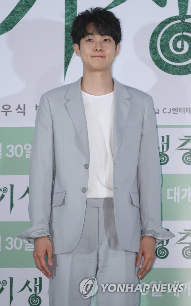 崔宇植出席《寄生虫》试映会。(韩联社)