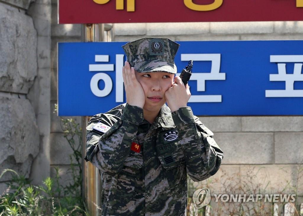 5月29日,在庆尚北道南区乌川邑海军陆战队第一师,李赞赫在阔别近两年的歌迷面前扮鬼脸。(韩联社)