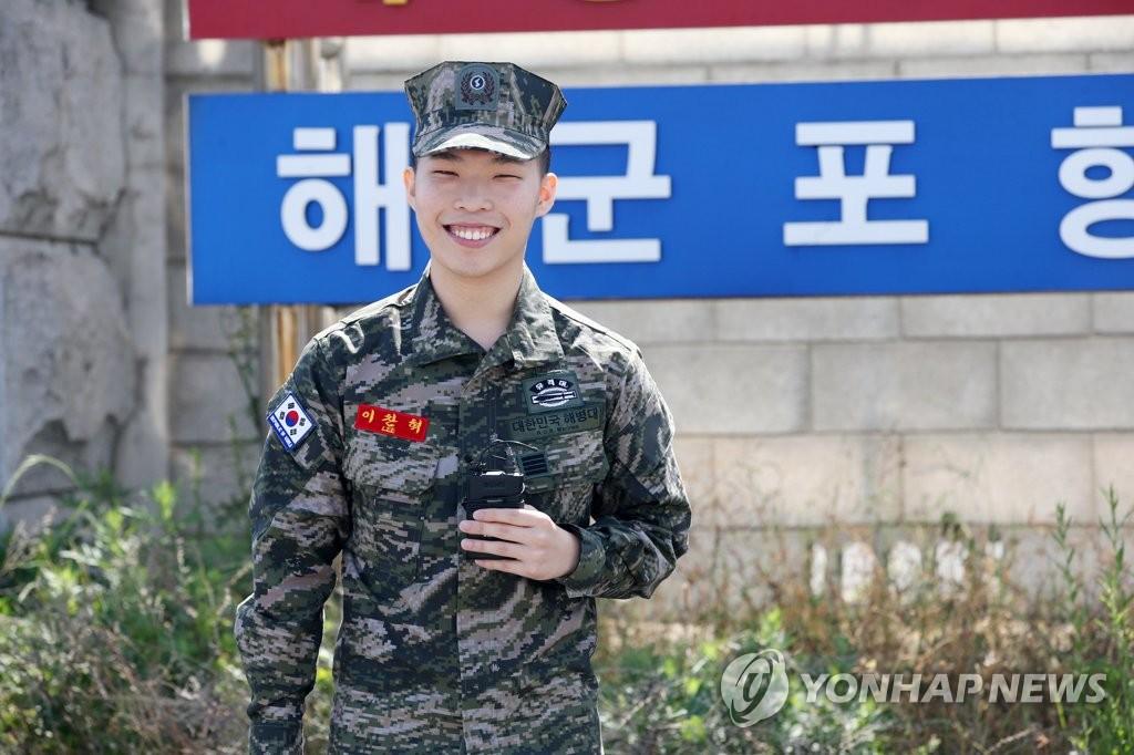 5月29日,在庆尚北道南区乌川邑海军陆战队第一师师部西门,李赞赫微笑问候歌迷。(韩联社)