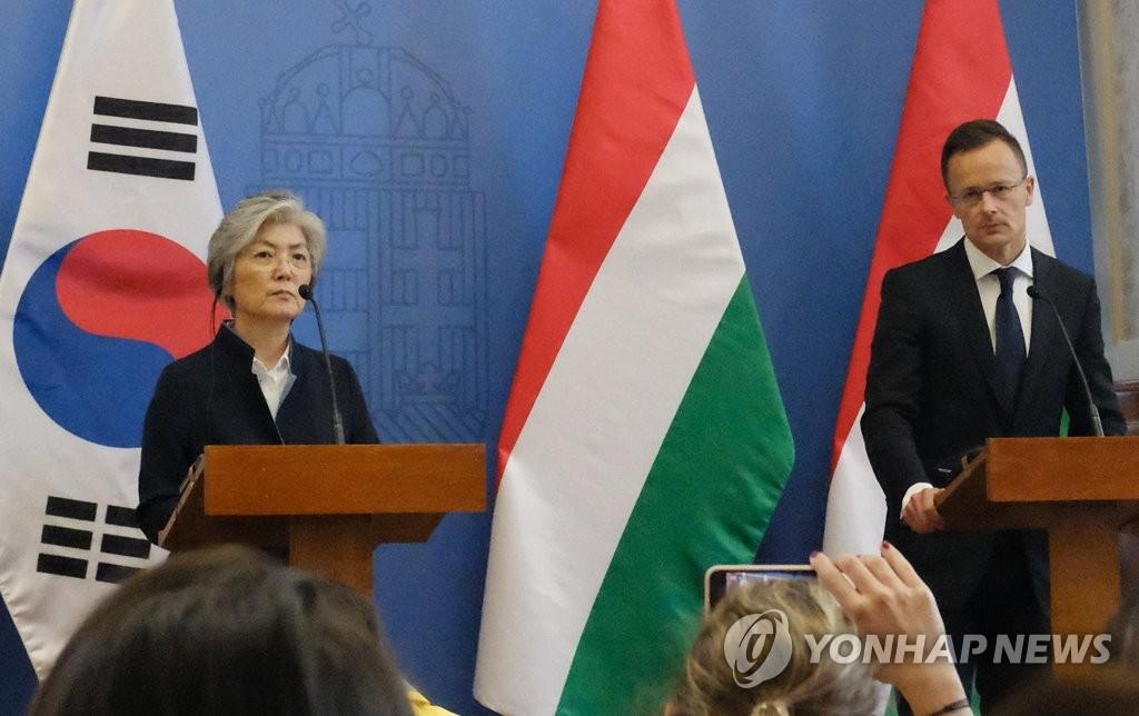 当地时间31日,在匈牙利外交部,康京和与匈牙利外长彼得·西亚尔托在会谈后联合召开记者会。(韩联社)