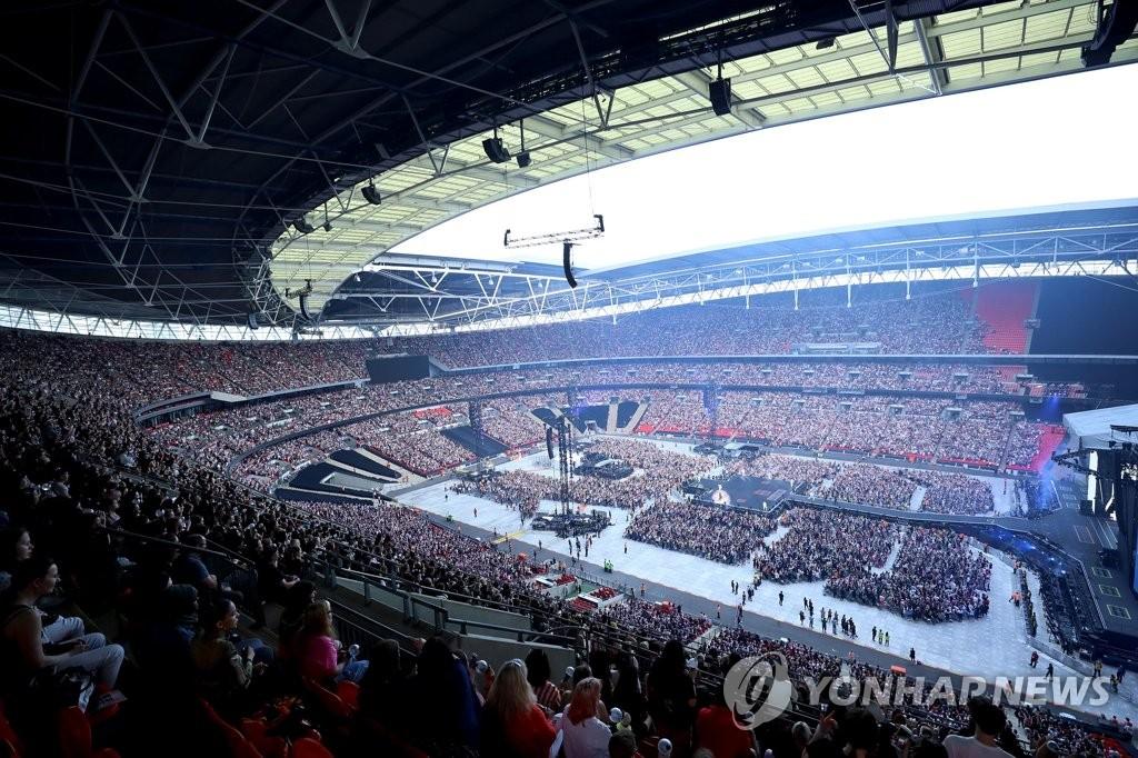 当地时间6月1日,在英国伦敦温布利体育场,韩国超人气男团防弹少年团(BTS)举行温布利场巡演。【未经授权严禁转载或用于其它商业用途】(韩联社/Big Hit娱乐供图)