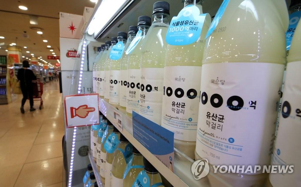 资料图片:首尔市一大型超市内陈列的马格利酒(韩联社)