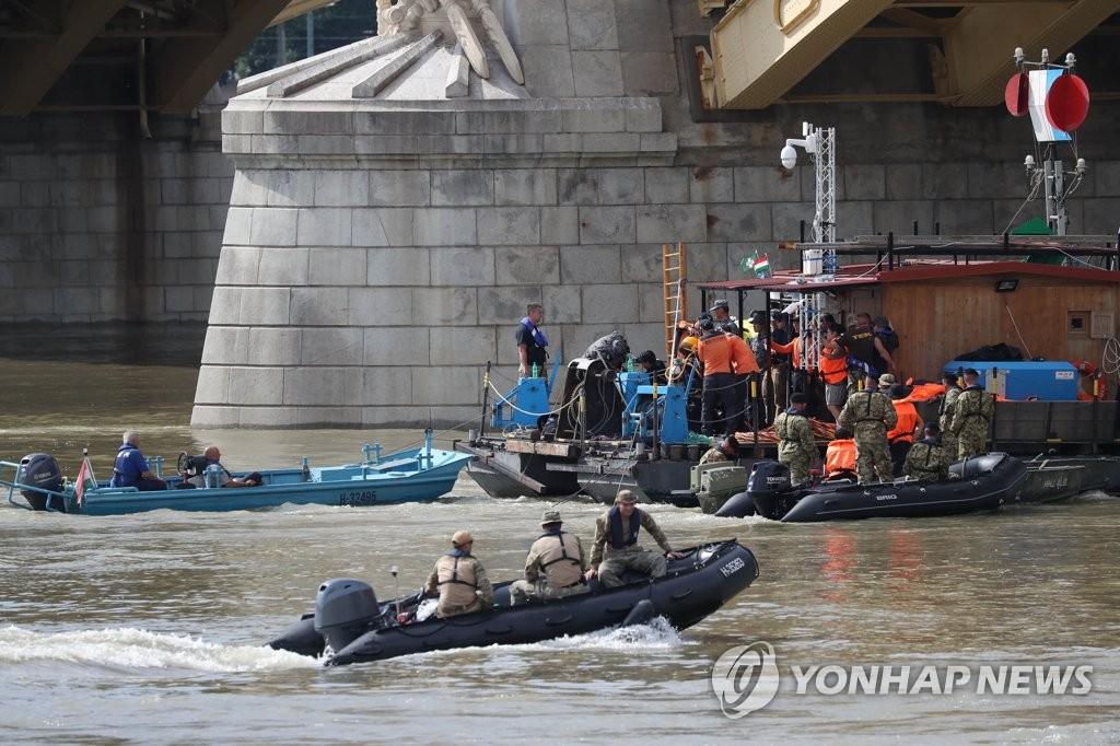 韩应急小组在匈收殓一具疑似沉船失踪者遗体