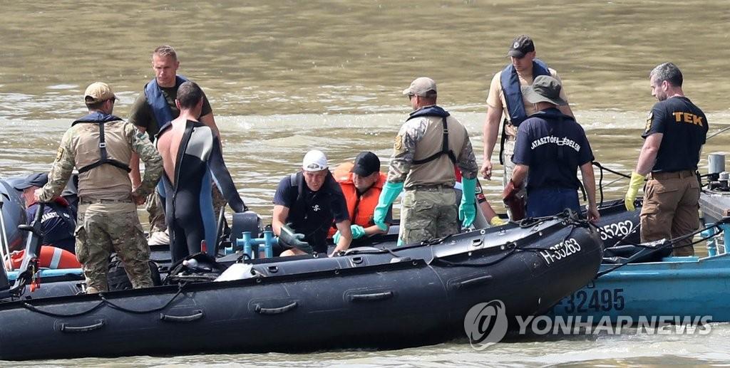 资料图片:当地时间6月4日,在布达佩斯多瑙河上,韩国与匈牙利搜救队在搜寻沉船事故失踪者。(韩联社)