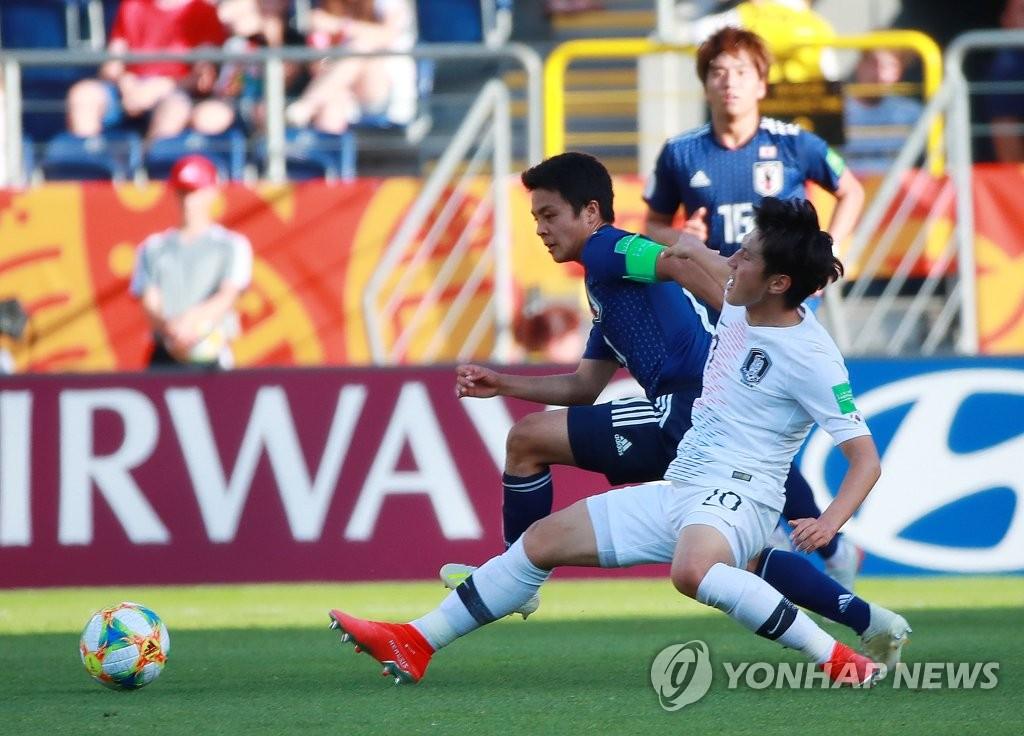 当地时间6月4日下午,李康仁(白色球衣)在比赛中。(韩联社)