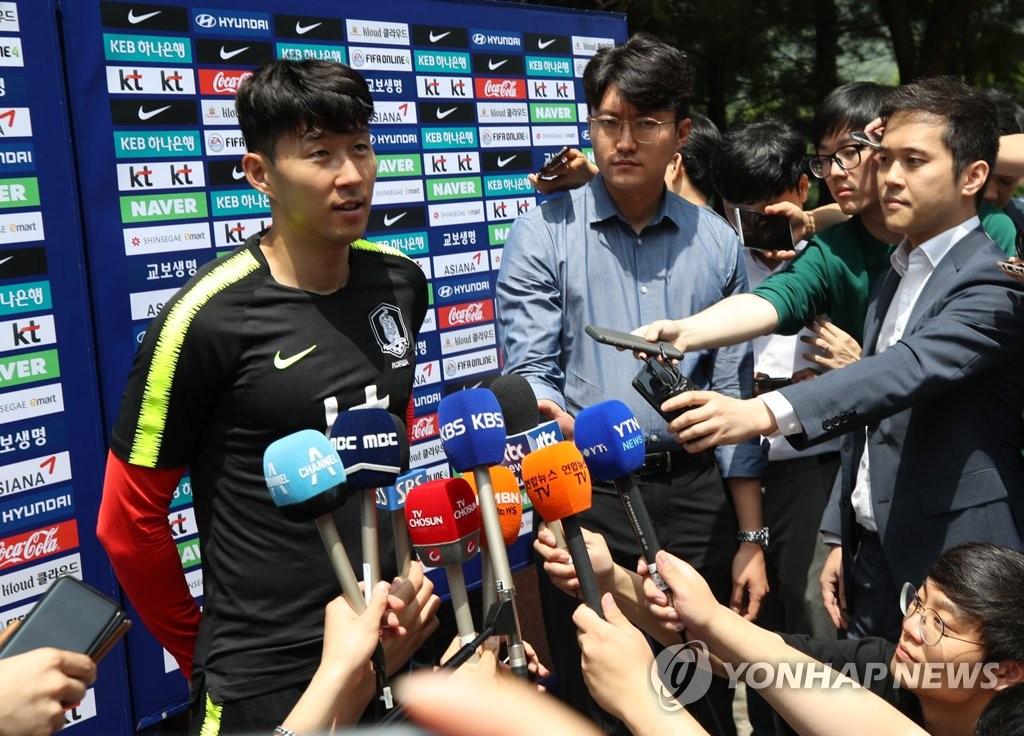 6月5日上午,在坡州国家足球中心,孙兴慜归队备战对阵澳大利亚的热身赛时接受采访。(韩联社)