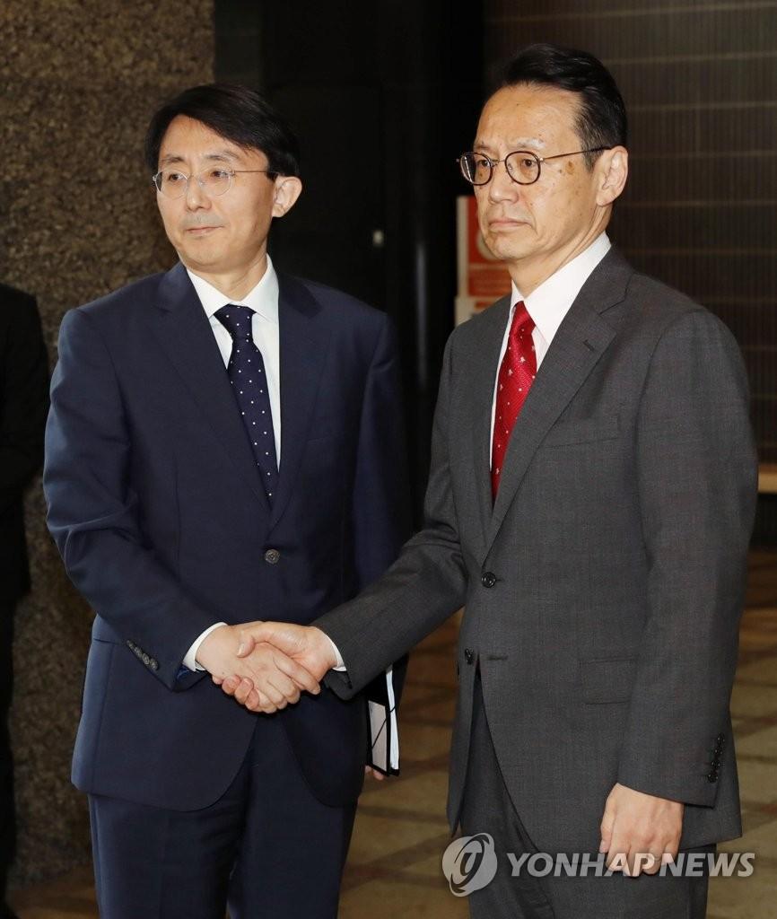 资料图片:金丁汉(左)和金杉宪治 韩联社