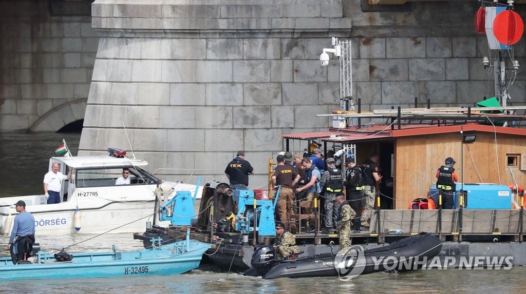 匈沉船下游捞出疑似韩籍男乘客遗体
