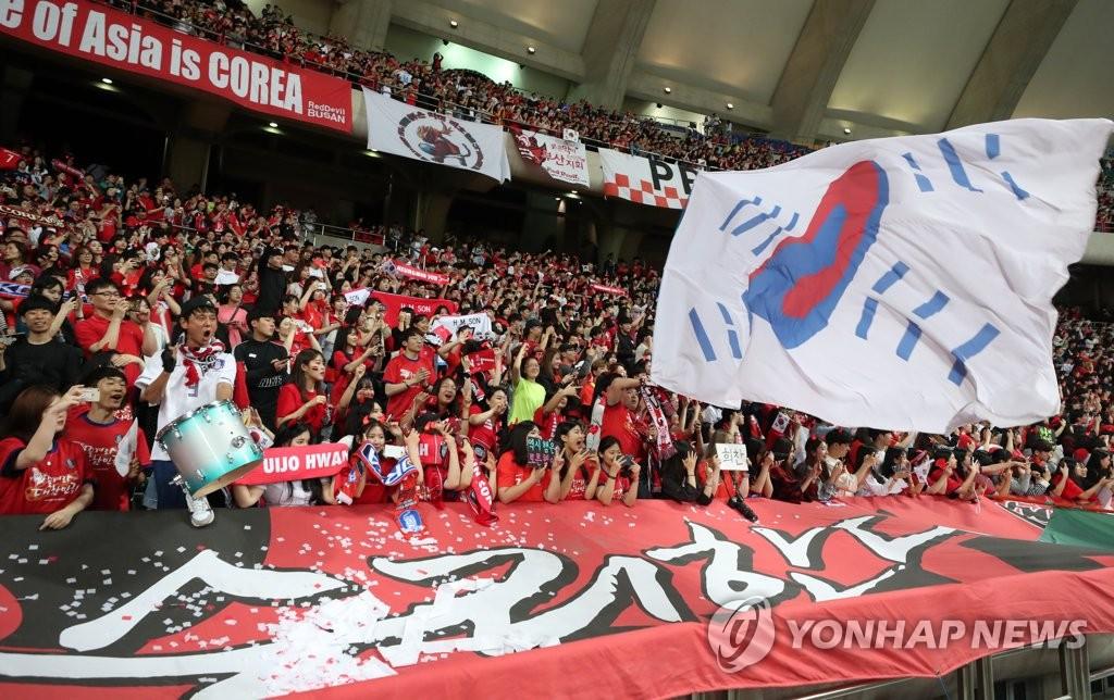"""资料图片:韩国""""红魔""""拉拉队火热助威。 韩联社"""