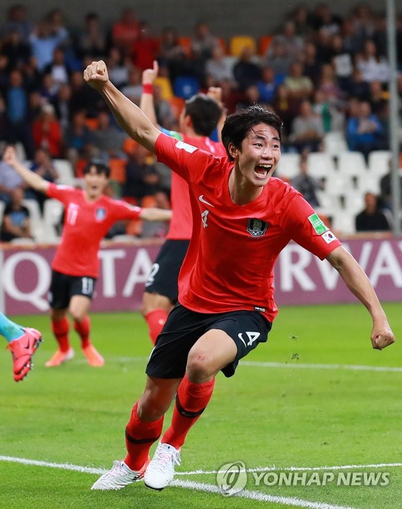 当地时间6月8日,在波兰别尔斯科-比亚瓦体育场,韩国队球员李智率(音)进球后举手庆祝。(韩联社)