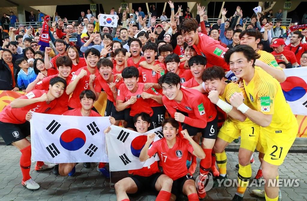 资料图片:当地时间6月8日,在波兰别尔斯科-比亚瓦体育场,韩国队球员和球迷们欢庆胜利。 韩联社